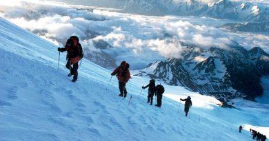 Atte heading to the summit on summit day 6001 e1549374413785 390x205 - راهنمای صعود برون مرزی و هیمالیانوردی